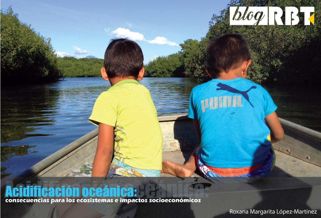 Niños en bote, manglares de Barra de Santiago. Fotografía de Roxana Margarita López-Martínez