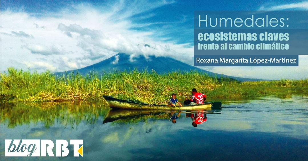"""Personas en bote de remo navegando el sitio Ramsar """"Laguna El Jocotal"""", El Salvador. Fuente: Raúl Ernesto López"""